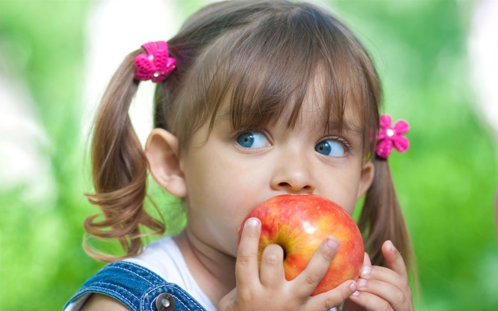 Cute-little-girl-eating-apple_1920x1200.jpg